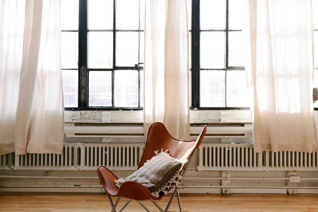 ogrzewane pomieszczenie z oknami