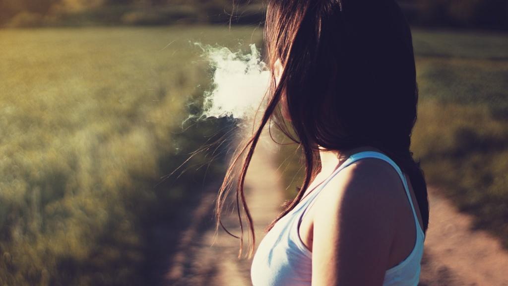 paląca dziewczyna
