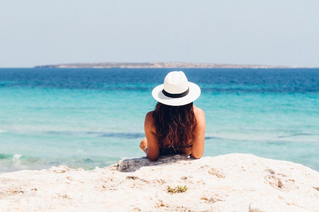 opalająca się na plaży dziewczyna