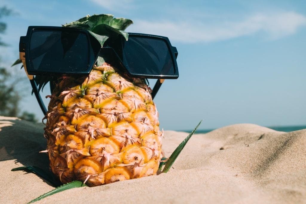 ananas w okularach na plaży