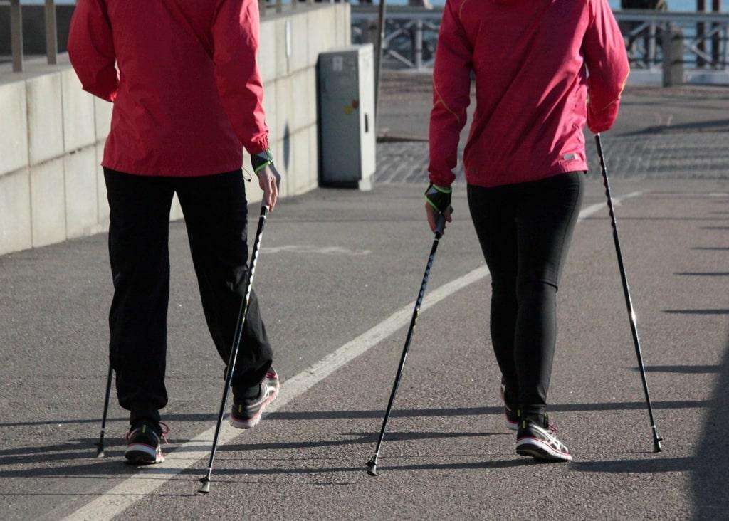 osoby uprawiające nordic walking