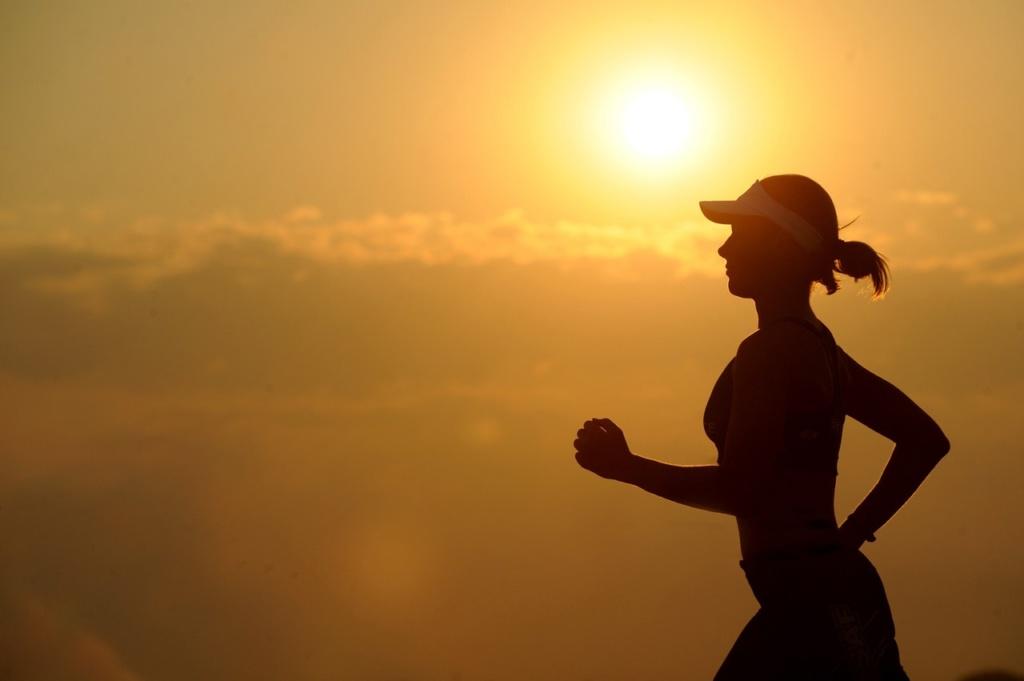 dziewczyna biegnąca o zachodzie słońca