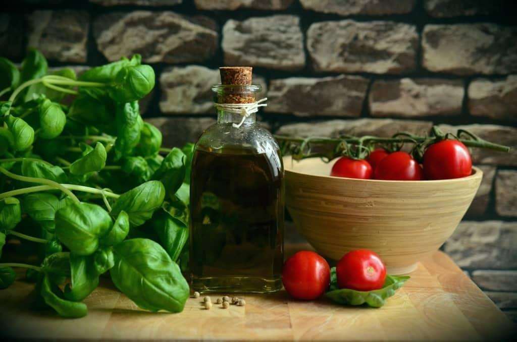 witamina e - oliwa i pomidory