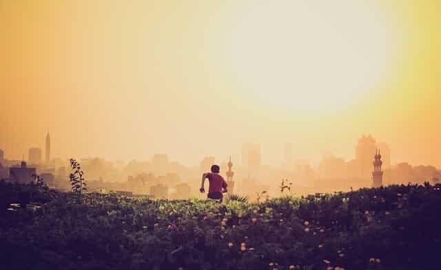 chłopak w biegu na tle miasta w smogu