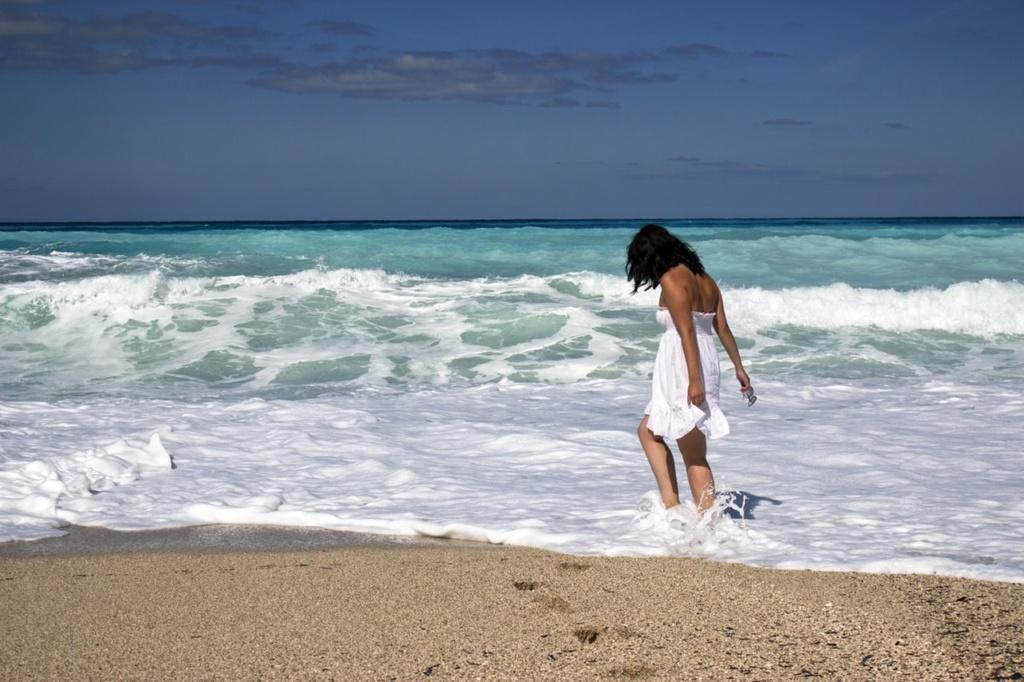 dziewczyna o ciemnych włosach na plaży