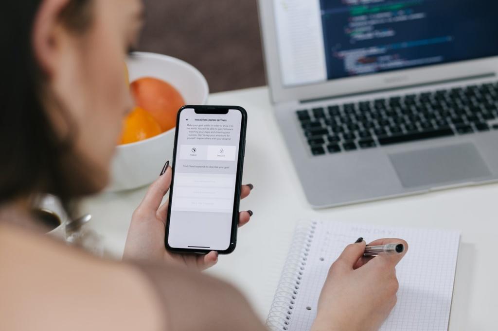 technologiczna szyja kobieta robi notatki spoglądając na smartfona