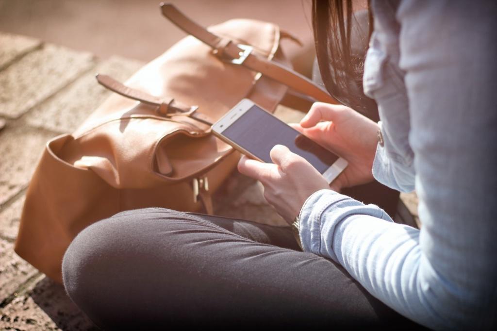 technologiczna szyja dziewczyna spogląda w dół na ekran smartfona