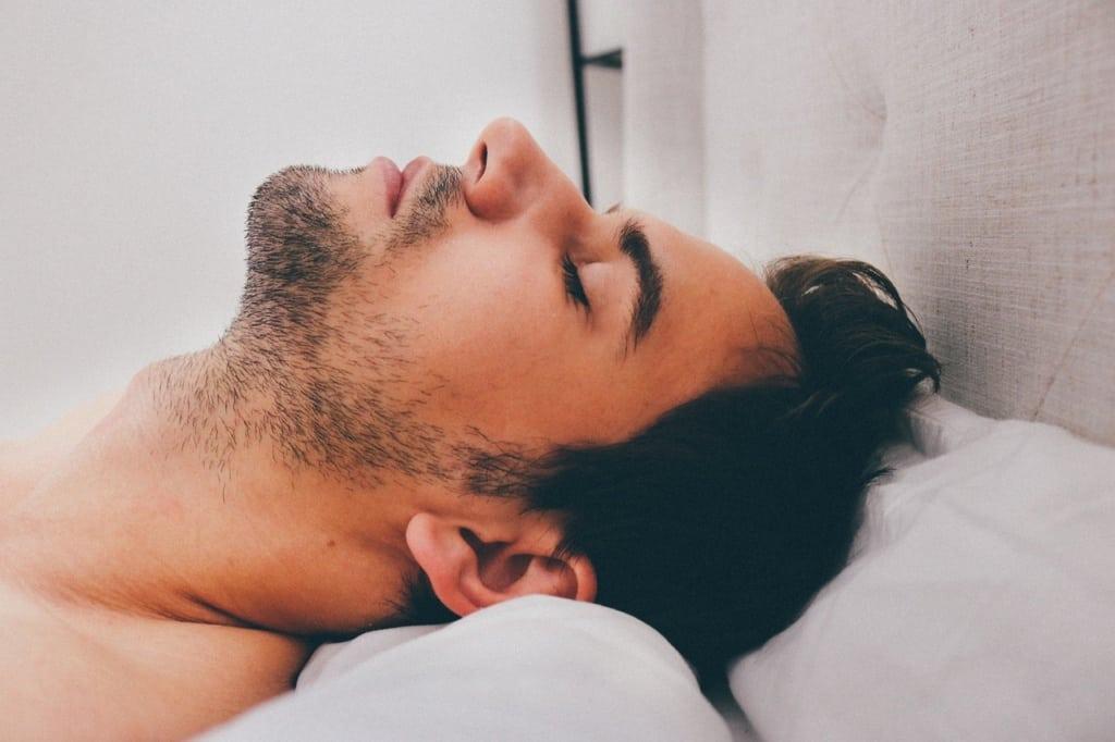mężczyzna śpiący na plecach
